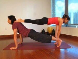 posturas de yoga en pareja