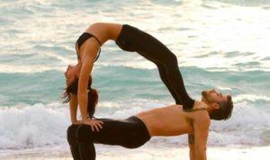 postura de yoga en pareja