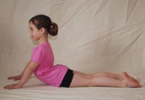 postura de yoga niños animales