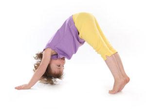 postura de yoga para niños principiantes