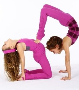 posturas de yoga en pareja para niños