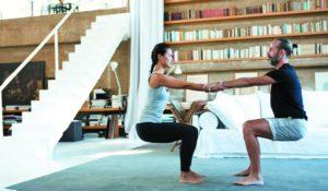 postura de yoga para dos facil