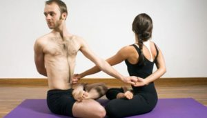 posturas de yoga en pareja faciles