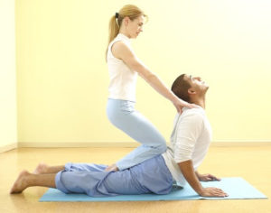 postura de yoga en pareja faciles