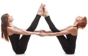 posturas de yoga challenge en pareja