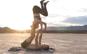 posturas yoga challenge en pareja