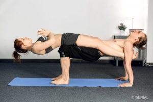 posturas de yoga dificiles en pareja