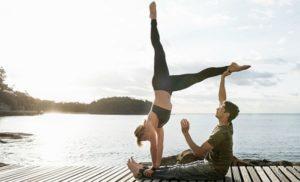 postura de yoga para dos
