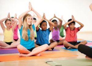 posturas de yoga para niños en pareja