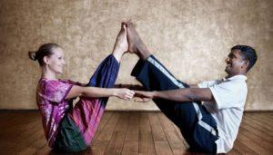 posturas de yoga para parejas principiantes