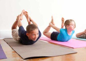 postura de yoga para niños en pareja